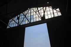 Detalj av strukturen av en lagerdörr med blå himmel royaltyfri fotografi