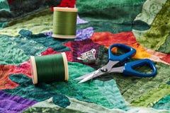 Detalj av täckehäftklammer i processen Fotografering för Bildbyråer
