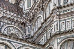 Detalj av taken och bågarna i övredelen av väggarna av domkyrkan av Santa Maria del Fiore i absid Royaltyfria Bilder