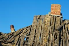 Detalj av taket av att ruttna det gamla huset Arkivfoto