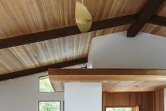 Detalj av taket för wood stråle i en modern husentryway Royaltyfri Bild