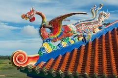Detalj av takgarneringen av Anek Kusala Sala Viharn Sien den kinesiska templet i Pattaya, Thailand Arkivbilder