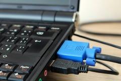 Detalj av tangentbordet och kablar i svart bärbar dator Royaltyfri Bild