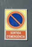 Detalj av teckenbrädet för nöd- utgång som är skriftlig i catalan: Arkivfoton