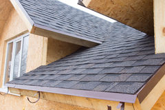Detalj av tegelpannor på ett nytt byggandehus arkivbilder