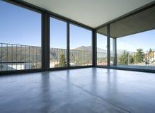 Detalj av tom vardagsrum med stora fönster som ger sig på bergen royaltyfri fotografi
