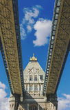 Detalj av tornbron i London, medan köra på den Arkivfoton