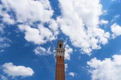 Detalj av Torren del Mangia 87 M Torn av Mangia på blå himmel med moln italy siena Royaltyfri Foto