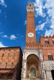 Detalj av Torren del Mangia 87 M Torn av Mangia på blå himmel med moln italy siena Royaltyfri Fotografi