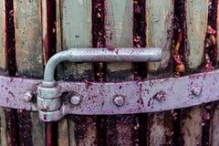 Detalj av trävinpress för trängande druvor Royaltyfria Foton