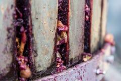 Detalj av trävinpress för trängande druvor Arkivfoto