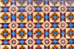 Detalj av traditionella tegelplattor på fasad av det gamla huset royaltyfria foton