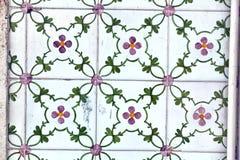 Detalj av traditionella tegelplattor på fasad av det gamla huset royaltyfri foto