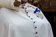 detalj av trditionalklänningen av en kristen confraternityanvändare royaltyfria bilder
