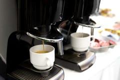 Detalj av två espressokaffemaskiner arkivbild
