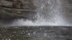 Detalj av vatten som kraschar in i pöl nedanför vattenfallet stock video