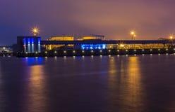 Detalj av vattnet av porten av den Ventspils natten Royaltyfri Fotografi