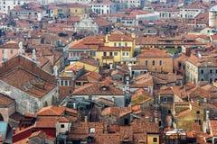 Detalj av Venedig tak som ses från klockatornet i fyrkant för St Mark ` s Arkivbilder