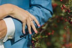 Detalj av vigselringen på fingret för brud` s royaltyfri bild