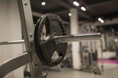 Detalj av viktutrustningen i idrottshallen arkivbild