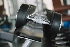 Detalj av viktutrustningen i idrottshallen royaltyfri bild