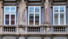 Detalj av Windows på gammal Zagreb byggnad, Kroatien royaltyfria foton