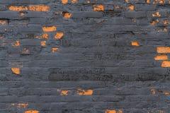Detalj bakgrund – gammal svart vägg med röda tegelstenar som visar th Royaltyfri Fotografi