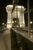 Detalj för Chain bro vid natt Arkivfoton