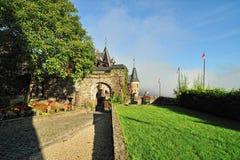 Detalj för Cochem slottarkitektur. Borggården Arkivfoton