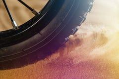 Detalj för hjulmountainbikecykel i solig en dag- och flygrörelsesand royaltyfria bilder