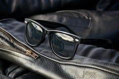 Detalj för läderomslag med solglasögon arkivfoto