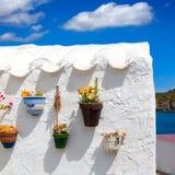 Detalj för Menorca Es Grau vit husblomkrukor i Balearic royaltyfria foton