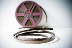 detalj för 8mm film super8 med den purpurfärgade rullen ut ur fokus i backgrou Arkivbilder