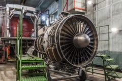 Detalj för motor för flygplangasturbin i hangar Arkivfoton