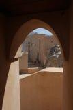 Detalj för Nizwa fortslott av bågen från inre Arkivfoto