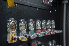 Detalj för utrustning för närbildbrandlastbil Brandkontrollbord, visartavlor och instrumentbräda arkivfoto