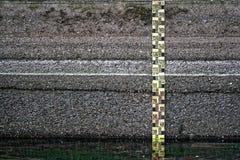 Detalj för vatten för flod för mått för regel för mätning för flod för vattennivå Arkivfoton