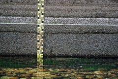 Detalj för vatten för flod för mått för regel för mätning för flod för vattennivå Arkivbilder
