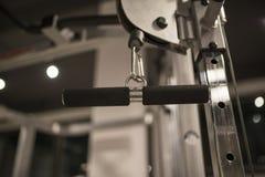 Detalj från övningsmaskinen i idrottshallen arkivbild