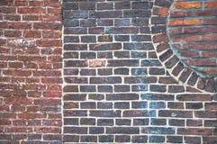 Detalj från en gammal tegelstenvägg med synliga olika modeller Royaltyfri Foto
