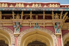 Detalj från ingången till den Thirumalai Nayak slotten i Madurai Fotografering för Bildbyråer