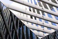 Detalj från modern kontorsbyggnad, metallstrålstruktur royaltyfri foto