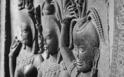 Detalj i framsidorna på väggarna av den Angkor Wat templet i Cambodja Royaltyfria Bilder