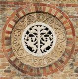 Detalj i väggen av den forntida abbotskloster av Pomposa historisk kyrka I Royaltyfria Foton
