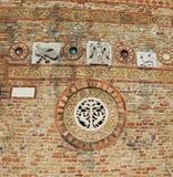 Detalj i väggen av den forntida abbotskloster av Pomposa i Italien Royaltyfria Foton