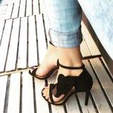 Detalj med höjdpunkt heeled sandaler Arkivbild