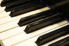 Detalj med vita och svarta tangenter av konsertpianot royaltyfri foto