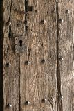 Detalj och textur i en gammal dörr till en domkyrka/en kyrka i Spanien arkivbilder