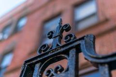 Detalj på en smidesjärnport i News York City den Harlem grannskapen mot en bokehbakgrund, Manhattan, NYC, USA fotografering för bildbyråer