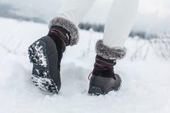 Detalj på endast av svarta vinterskor med purpurfärgade detaljer Royaltyfri Fotografi